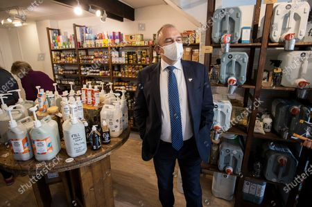Leader of the Lib Dems Ed Davey in a zero waste shop.