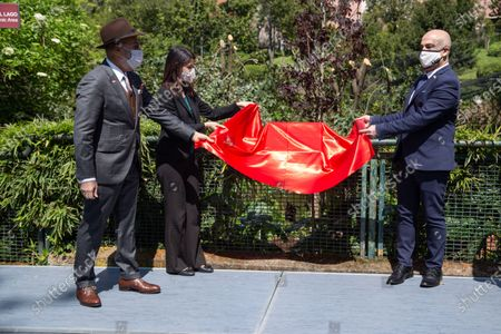 Ambassador of Israel, Dror Eydar together with Ambassador of Bahrain, Nasser Mohamed Yousef Al Belooshi and Mayor of Rome Virginia Raggi discover plaque in memory of planting of the tree.