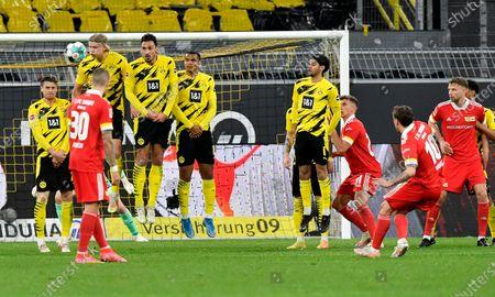 Union's Max Kruse shoots a free kick during the German Bundesliga soccer match between Borussia Dortmund and Union Berlin in Dortmund, Germany