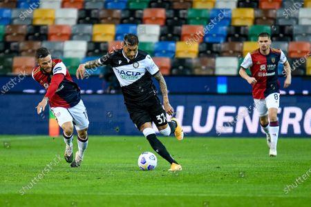Roberto Pereyra (Udinese) in action against Nahitan Nandez (Cagliari)