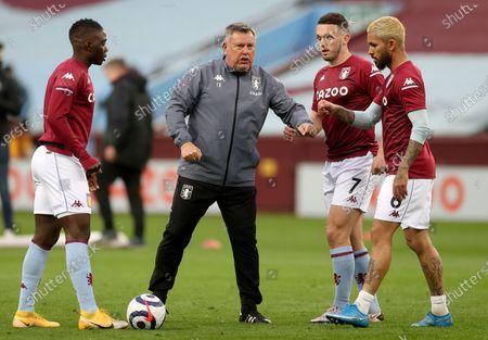 Aston Villa assistant manager Craig Shakespeare (C) talks with John McGinn, Douglas Luiz and Marvelous Nakambaprior prior to the English Premier League soccer match between Aston Villa and Manchester City in Birmingham, Britain, 21 April 2021.