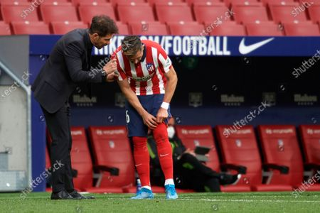Diego Simeone head coach of Atletico Madrid gives instructions to Hector Herrera during the La Liga Santander match between Atletico de Madrid and SD Huesca at Estadio Wanda Metropolitano on April 22, 2021 in Madrid, Spain. Sporting stadiums around the Spain remain under strict restrictions due to the Coronavirus Pandemic as Government social distancing laws prohibit fans inside venues resulting in games being played behind closed doors.