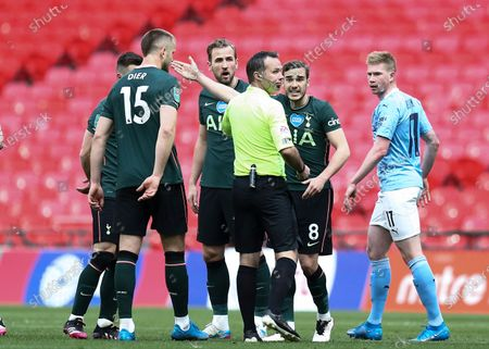 Harry Winks, Harry Kane and Eric Dier of Tottenham Hotspur complain to referee Paul Tierney