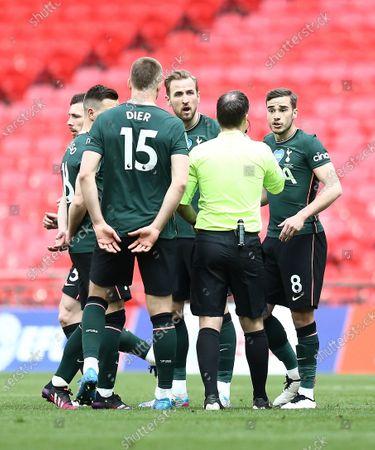 Harry Kane  and Harry Winks of Tottenham Hotspur complain to referee