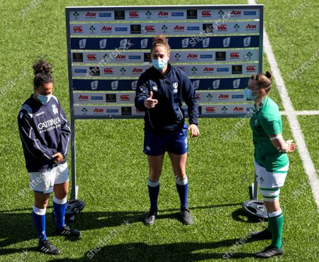 Ireland Women vs Italy Women. Italy's captain Manuela Furlan, Referee Sara Cox and Ireland captain Ciara Griffin at the coin toss
