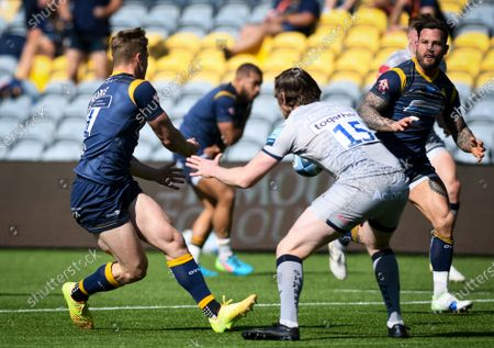 Alex Hearle of Worcester Warriors passes the ball to Francois Hougaard of Worcester Warriors for the try