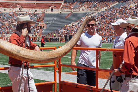 Former Texas quarterback Sam Ehlinger center, talks with Texas head coach Steve Sarkisian, right, during the second half of the Texas Orange and White Spring Scrimmage football game in Austin, Texas