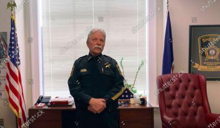 En esta foto proveída por la Oficina del Sheriff del Condado Spotsylvania, el sheriff Roger Harris explica el video de una cámara corporal y el audio de una llamada al 911 dados a conocer el viernes, 23 de abril del 2021, que parecen mostrar que un agente del departamento confundió un teléfono inalámbrico que un hombre negro llevaba en una mano con una pistola, antes de balearle varias veces. Familiares dijeron que Isaiah Brown, de 32 años, estaba en cuidados intensivos con 10 heridas de bala tras el incidente en las afueras de una casa en el condado Spotsylvania el miércoles por la madrugada