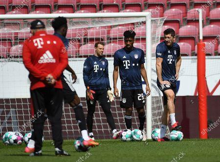 Warmup Manuel Neuer (FC Bayern Muenchen) Kingsley Coman (FC Bayern Muenchen) Robert Lewandowski (FC Bayern Muenchen)