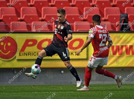 Joshua Kimmich (FC Bayern Muenchen) Philipp Mwene (FSV Mainz 05) Zweikampf, Aktion, action, battle for the ball