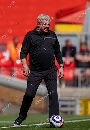 """(210425) - LIVERPOOL, April 25, 2021 (Xinhua) - Newcastle United's manager Steve Bruce is seen during the Premier League game between Liverpool and Newcastle United at Anfield in Liverpool, Britain, on April 24, 2021. (Xinhua) FOR EDITORIAL USE ONLY. NOT FOR SALE FOR MARKETING OR ADVERTISING CAMPAIGNS. NO USE WITH UNAUTHORIZED AUDIO, VIDEO, DATA, FIXTURE LISTS, CLUB/LEAGUE LOGOS OR """"LIVE"""" SERVICES. ONLINE IN-MATCH USE LIMITED TO 45 IMAGES, NO VIDEO EMULATION. SUN OUT. NO USE IN BETTING, GAMES OR SINGLE CLUB/LEAGUE/PLAYER PUBLICATIONS. - Xinhua -"""