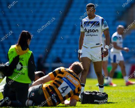 Anthony Watson of Bath Rugby checks on the injured Joe Launchbury of Wasps