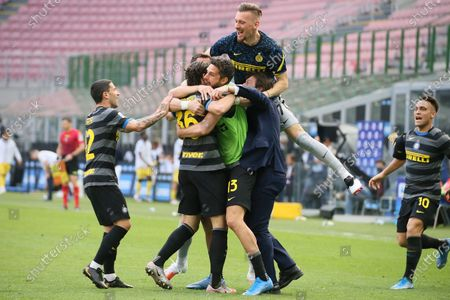 Matteo Darmian of FC Internazionale celebrates with team-mates and Antonio Conte after scoring the his goal during the Serie A match between FC Internazionale and Hellas Verona FC at Stadio Giuseppe Meazza on April 25, 2021 in Milan, Italy. Sporting stadiums around Italy remain under strict restrictions due to the Coronavirus Pandemic as Government social distancing laws prohibit fans inside venues resulting in games being played behind closed doors.