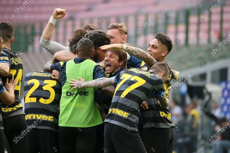 Antonio Conte head coach of FC Internazionale celebrates with team-mates the goal during the Serie A match between FC Internazionale and Hellas Verona FC at Stadio Giuseppe Meazza on April 25, 2021 in Milan, Italy. Sporting stadiums around Italy remain under strict restrictions due to the Coronavirus Pandemic as Government social distancing laws prohibit fans inside venues resulting in games being played behind closed doors.