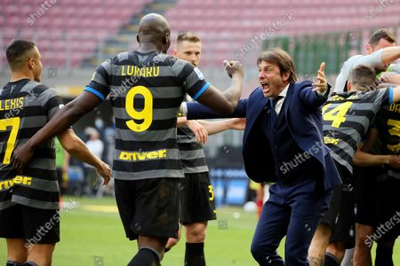 Antonio Conte head coach of FC Internazionale celebrates with Romelu Lukaku and Alexis Sanchez the goal during the Serie A match between FC Internazionale and Hellas Verona FC at Stadio Giuseppe Meazza on April 25, 2021 in Milan, Italy. Sporting stadiums around Italy remain under strict restrictions due to the Coronavirus Pandemic as Government social distancing laws prohibit fans inside venues resulting in games being played behind closed doors.