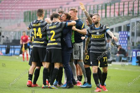 Antonio Conte (L) head coach of FC Internazionale celebrate with Achraf Hakimi (R) after Inter opened the scoring during the Serie A match between FC Internazionale and Hellas Verona FC at Stadio Giuseppe Meazza on April 25, 2021 in Milan, Italy. Sporting stadiums around Italy remain under strict restrictions due to the Coronavirus Pandemic as Government social distancing laws prohibit fans inside venues resulting in games being played behind closed doors.
