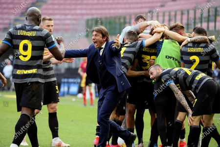 Antonio Conte head coach of FC Internazionale celebrate after Inter opened the scoring during the Serie A match between FC Internazionale and Hellas Verona FC at Stadio Giuseppe Meazza on April 25, 2021 in Milan, Italy. Sporting stadiums around Italy remain under strict restrictions due to the Coronavirus Pandemic as Government social distancing laws prohibit fans inside venues resulting in games being played behind closed doors.