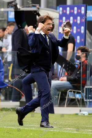 Antonio Conte head coach of FC Internazionale celebrates the win at end of the Serie A match between FC Internazionale and Hellas Verona FC at Stadio Giuseppe Meazza on April 25, 2021 in Milan, Italy. Sporting stadiums around Italy remain under strict restrictions due to the Coronavirus Pandemic as Government social distancing laws prohibit fans inside venues resulting in games being played behind closed doors.