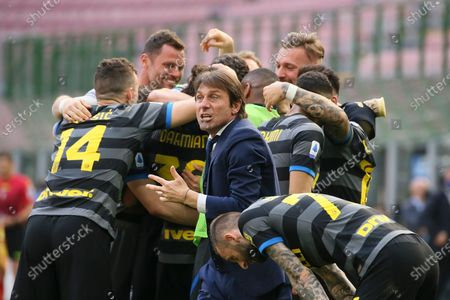 Antonio Conte head coach of FC Internazionale celebrate after Inter opened scoring during the Serie A match between FC Internazionale and Hellas Verona FC at Stadio Giuseppe Meazza on April 25, 2021 in Milan, Italy. Sporting stadiums around Italy remain under strict restrictions due to the Coronavirus Pandemic as Government social distancing laws prohibit fans inside venues resulting in games being played behind closed doors.