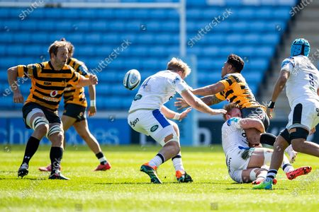 Malakai Fekitoa of Wasps Rugby passes ball to Joe Launchbury, captain, of Wasps Rugby during the Gallagher Premiership Rugby match between Wasps and Bath Rugby at the Ricoh Arena, Coventry