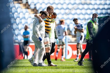 Joe Launchbury, captain, of Wasps Rugby limps off during the Gallagher Premiership Rugby match between Wasps and Bath Rugby at the Ricoh Arena, Coventry