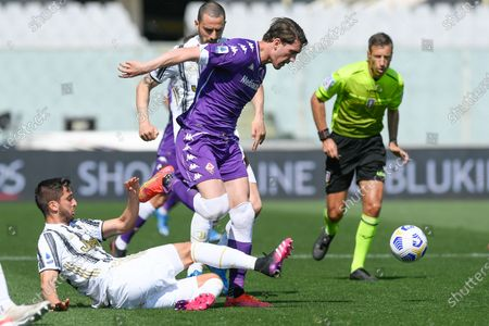 Rodrigo Bentancur of Juventus FC and Dusan Vlahovic of ACF Fiorentina compete for the ball during the Serie A match between ACF Fiorentina and FC Juventus at Stadio Artemio Franchi, Florence, Italy on 25 April 2021.