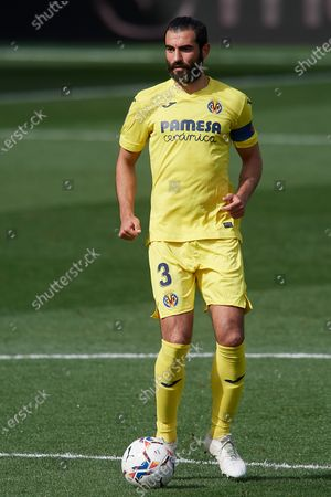 Raul Albiol of Villarreal controls the ball during the La Liga Santander match between Villarreal CF and FC Barcelona at Estadio de la Ceramica on April 25, 2021 in Villareal, Spain. Sporting stadiums around Spain remain under strict restrictions due to the Coronavirus Pandemic as Government social distancing laws prohibit fans inside venues resulting in games being played behind closed doors.