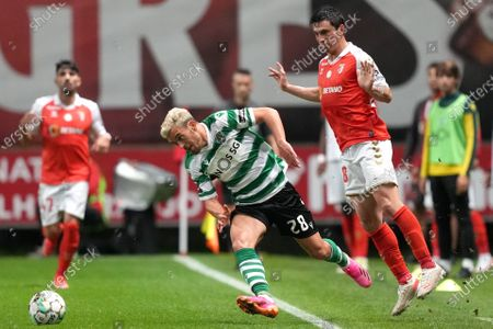 SC Braga's Castro (R) fights for the ball against Sporting's Pedro Goncalves (C) during the Portuguese First League soccer match between SC Braga and Sporting, held at Municipal de Braga stadium in Braga, Portugal, 25 April 2021.