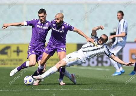 (210426) - FLORENCE, April 26, 2021 (Xinhua) - FC Juventus' Giorgio Chiellini (front R) lives with Fiorentina's Nikola Milenkovic (1st L) and Sofyan Amrabat (2nd L) during a series A football match in Florence, Italy, April 25, 22 021.