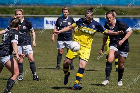 Katie Davies (7 Cascade) defends the ball