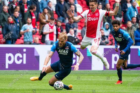 Timo Letschert (AZ) duels Dusan Tadic of Ajax