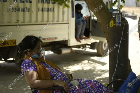 A Covid-19 patient on oxygen support provided by Hemkunt Foundation at sector-42 near the MCG office, on April 25, 2021 in Gurugram, India.
