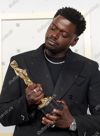 Daniel Kaluuya poses backstage with the Oscar® for Best Actor in a Supporting Role during the live ABC Telecast of The 93rd Oscars® at Union Station in Los Angeles, CA on Sunday, April 25, 2021.