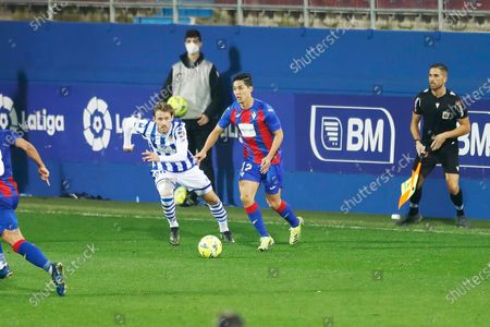 "(L-R) Nacho Monreal (Sociedad), Yoshinori Muto (Eibar) - Football / Soccer : Spanish ""La Liga Santander"" match between SD Eibar 0-1 Real Sociedad at the Estadio Municipal de Ipurua in Eibar, Spain."