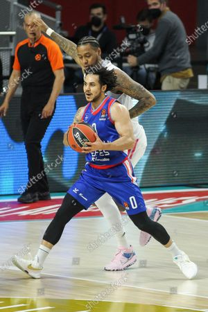 Shane Larkin of Anadolu Efes and Trey Thompkins of Real Madrid in action during the 2020/2021 Turkish Airlines Euroleague Play Off Game 3 between Real Madrid and Anadolu Efes Istanbul at WiZink Center on April 27, 2021 in Madrid, Spain.