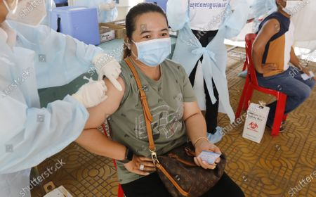 A woman is injected with a dose of Sinopharm COVID-19 vaccine during a vaccination drive held at a center in Phnom Penh, Cambodia, 28 April 2021. Cambodian Prime Minister Hun Sen on 27 April 2021 ordered a national COVID-19 vaccination campaign for all people aged 18 and over, starting with the lockdown areas 'Red Zone' in Phnom Penh after a spike in Covid-19 cases in the country.