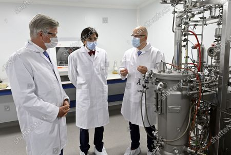 A royal visit to Eurogentec, a company which is at the heart of the development of therapies against the coronavirus in Belgium. In the field of diagnostics, in particular testing, Eurogentec is one of the few companies in Europe to develop and produce reagents and pieces of DNA for qPCR analyzes. The King has an exchange with the management on the importance of Eurogentec s activities from Belgium, on the prospects for Belgian biotechnology companies and on the challenge of recruiting highly qualified workers. Then, he visits the laboratory where the DNA and RNA molecules are developed as well as the restricted area where the molecules are produced. King Philippe, Elio Di Rupo