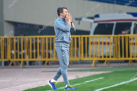 (210428) - SUZHOU, April 28, 2021 (Xinhua) - Jose Gonzalez, head coach of Dalian Professional FC, instructs players during the 2nd round match between Dalian Professional FC and Hebei FC at the 2021 season Chinese Football Association Super League (CSL) Suzhou Division in Suzhou or, east China's Jiangsu Province, April 28, 2021.