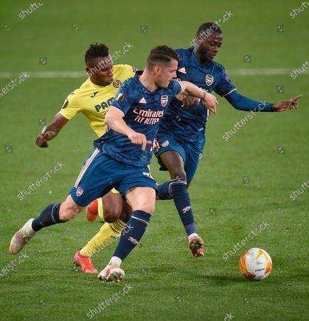Samuel Chukwueze of Villarreal runs at Granit Xhaka and Nicolas Pepe of Arsenal