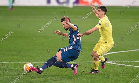 Gerard Moreno of Villarreal battles with Pablo Mari of Arsenal