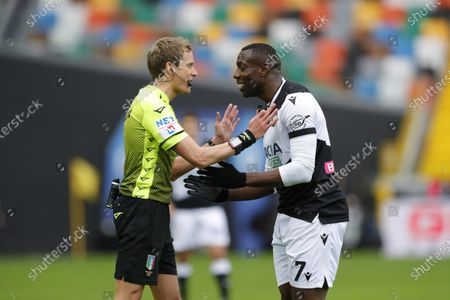 Stefano Okaka of Udinese with referee Daniele Chiffi.