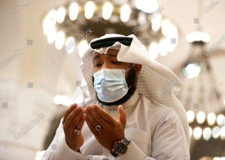 Saudi worshipper wears face mask to prevent the spread of coronavirus during Friday prayers at Al- Jaffali mosque during the Muslim fasting month of Ramadan, in Jiddah, Saudi Arabia