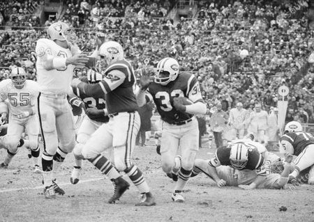 Shows New York Jets running back Emerson Boozer (32) goes for a three-yard gain in the second quarter at New York's Shea Stadium as Jets' tight end Pete Lammons fends off Oakland Raiders' linebacker Gus Otto (34). Lammons, a tight end on the New York Jets' Super Bowl-winning team in 1969, has died in a boating accident. He was 77. Major League Fishing announced in a statement, that Lammons was participating in a fishing event on the Sam Rayburn Reservoir in Texas on Thursday morning when he slipped while boarding a boat, fell into the water, and drowned
