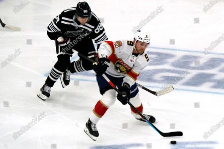 Florida Panthers center Sam Bennett, right, controls the puck as he looks to pass past Chicago Blackhawks right wing Patrick Kane during the first period of an NHL hockey game in Chicago