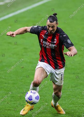 Zlatan Ibrahimovic of AC Milan fights for the ball against Luca Caldirola of Benevento Calcio and Gianluca Caprari of Benevento Calcio