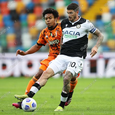 Udinese's Rodrigo De Paul (R) and Juventus' Weston McKennie (L) in action during the Italian Serie A soccer match between Udinese Calcio and Juventus FC in Udine, Italy, 02 May 2021.