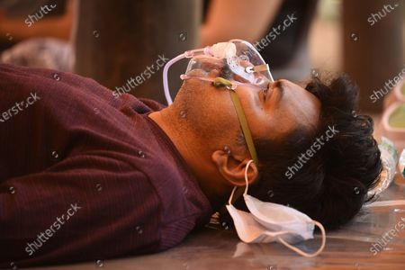 A Covid-19 patient on oxygen support provided by Hemkunt Foundation at sector-42 near the MCG office, on May 2, 2021 in Gurugram, India.
