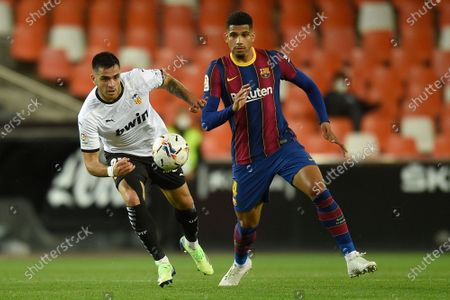 Maxi Gomez of Valencia CF and Ronald Araujo of FC Barcelona