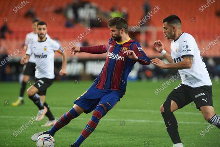 Gerard Pique of FC Barcelona and Maxi Gomez of Valencia CF during the La Liga Santander match between Valencia and FC Barcelona at Estadio de Mestalla on 2 May, 2021 in Valencia, Spain