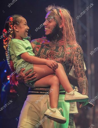 Tekashi 6ix9ine brings his daughter on stag